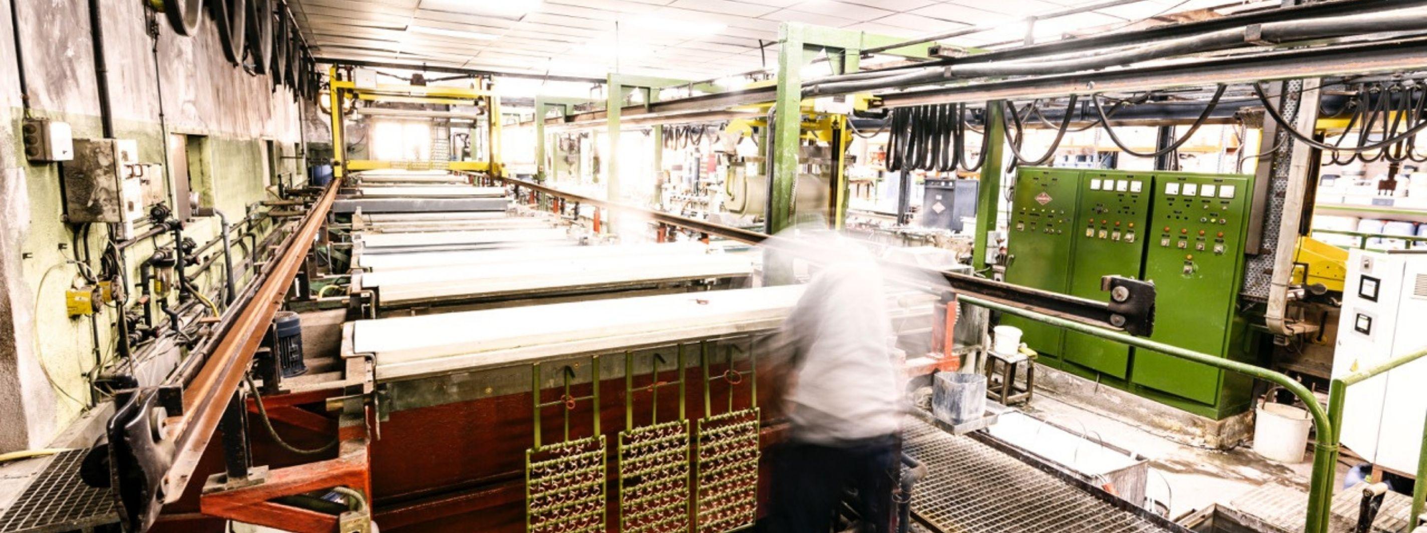 travailleurs dans un atelier de fabrication de fermoirs espagnol
