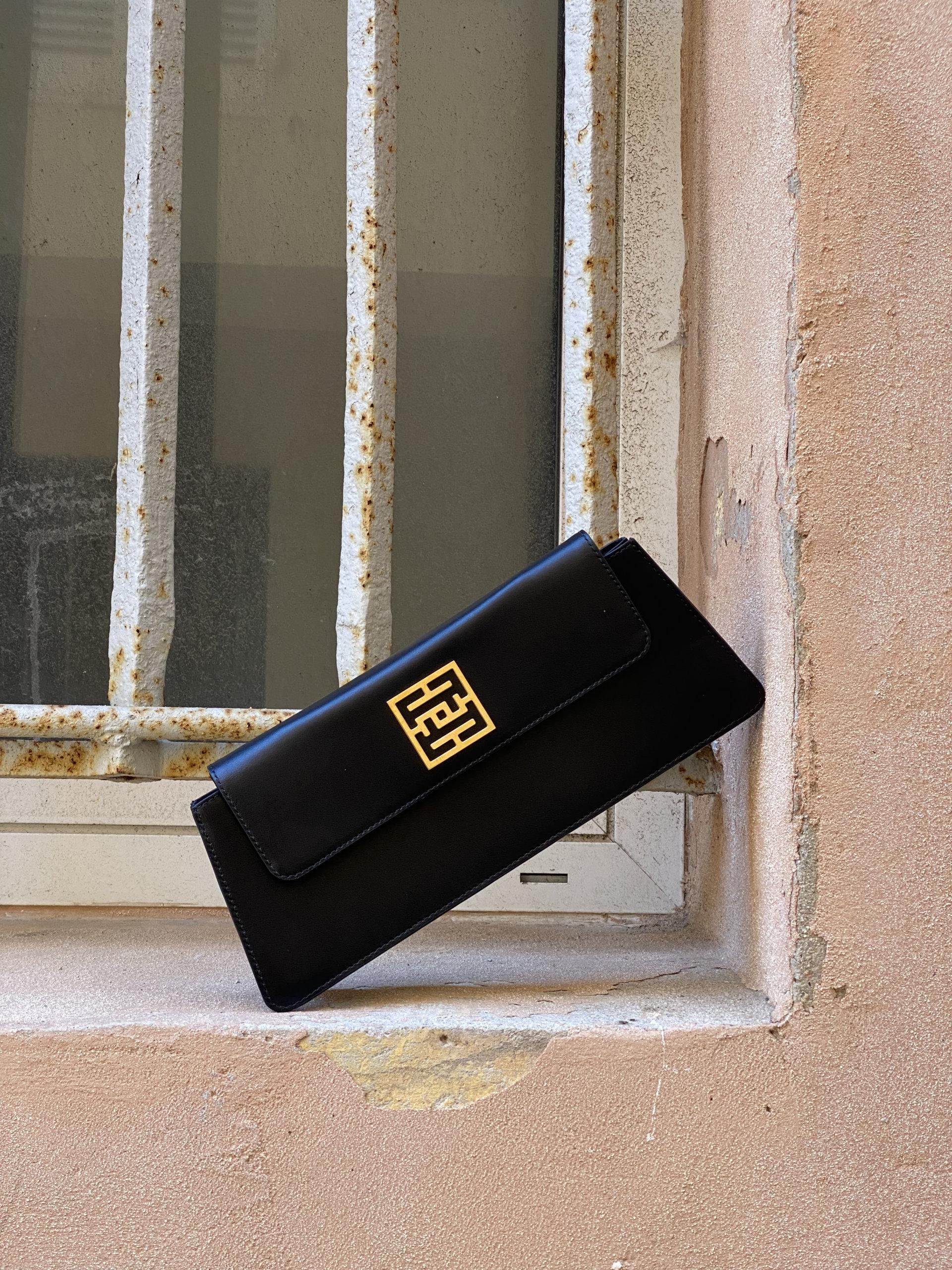 photo d'un sac baguette noir dans les rues de Marseille